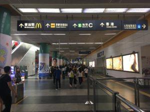 深圳から香港に向かう地下道