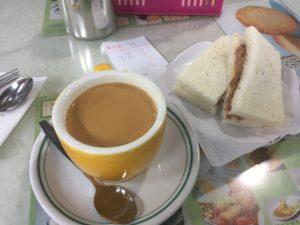 蘭芳園の奶茶熱飲18HK$と咸牛肉三文治20HK$