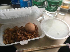 Z99のお粥と油そばと茹で卵のセット15元