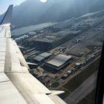 厦門航空(XIAMEN AIR)の機内から香港国際空港