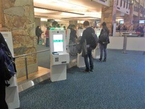 バンクーバー国際空港の自動チェックイン機