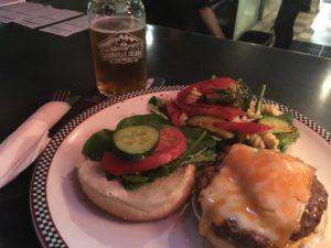 ハンバーガーとビールのセット10CA$