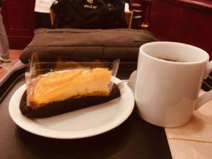 カフェ・ベローチェ南新宿店のブレンドコーヒー231円とオレンジタルト396円
