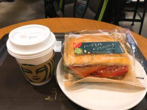 STARBUCKS浜田山店のカフェベロナ飲みながらハーブトマト&ソイハンバーグフォカッチャ594円