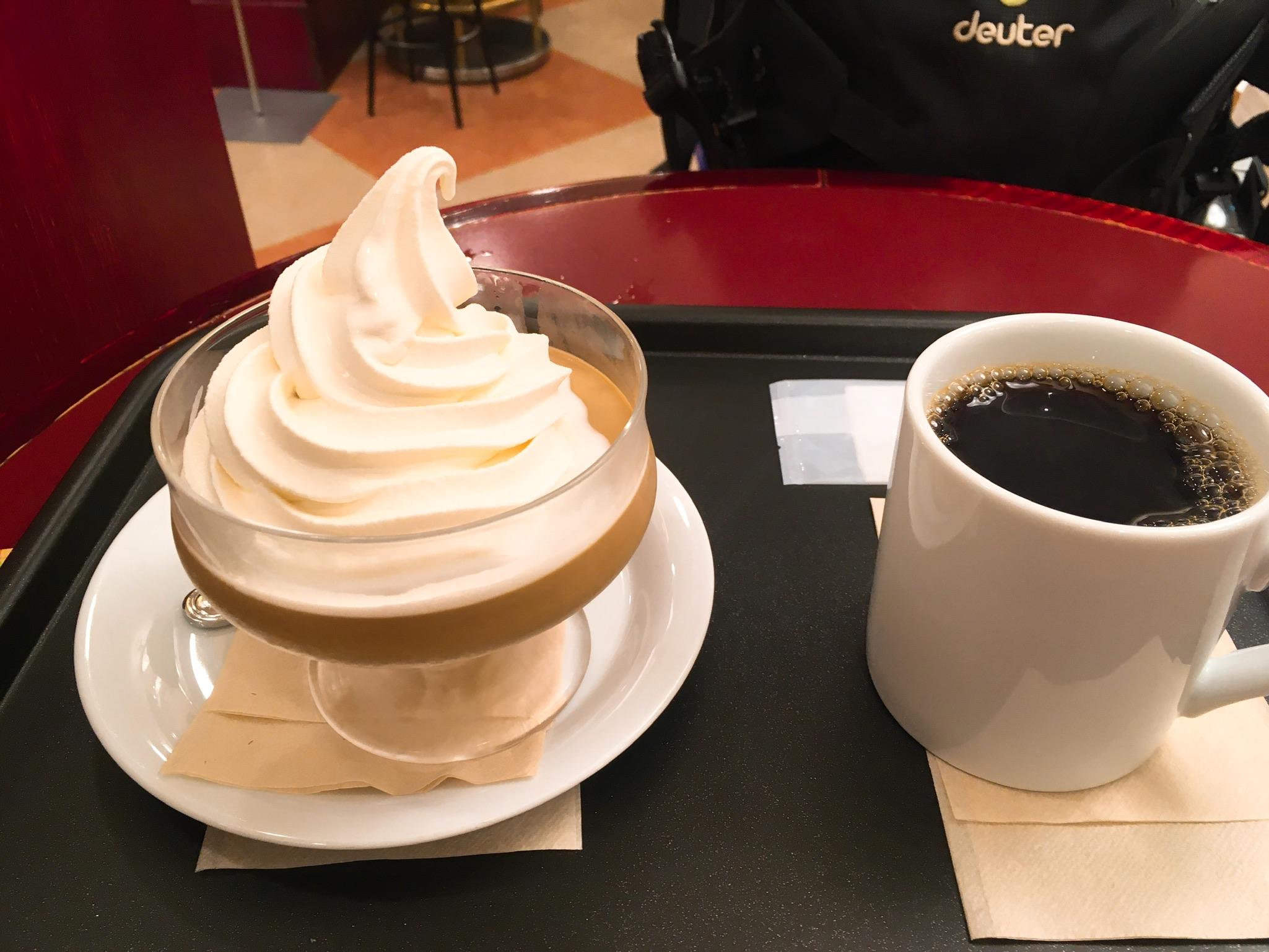 カフェ・ベローチェ南新宿店のブレンドコーヒー231円とほろにがプリン396円